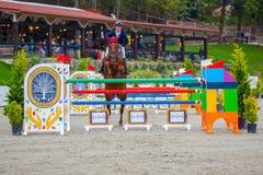 Cavaliere e cavallo alla manifestazione che salta sull'evento equestre Fotografie Stock Libere da Diritti