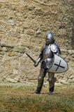 Cavaliere europeo medioevale vicino alla cittadella Fotografie Stock