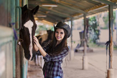 Cavaliere felice del cavallo al ranch Fotografia Stock Libera da Diritti