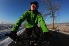 Cavaliere felice della bici Fotografia Stock