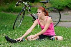 Cavaliere femminile della bici - allungando Fotografia Stock Libera da Diritti