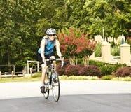 Cavaliere femminile della bicicletta Immagini Stock Libere da Diritti