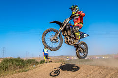 Cavaliere indefinito sul campionato polacco di motocross Immagini Stock