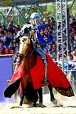 Cavaliere medievale in armatura a cavallo Il casco del cavaliere per ricostruzione storica delle battaglie medievali Vestiti mili immagini stock libere da diritti