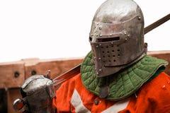 Cavaliere medievale in casco con la spada Fotografia Stock