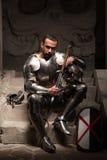 Cavaliere medievale che si siede sui punti di antico fotografia stock libera da diritti