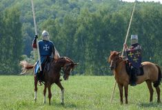 Cavaliere medievale con una lancia che monta un cavallo fotografia stock libera da diritti
