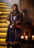 Cavaliere medievale in guardia nell'interno antico del castello Fotografia Stock