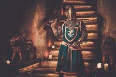 Cavaliere medievale in guardia nell'interno antico del castello Fotografia Stock Libera da Diritti