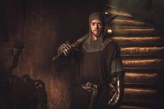 Cavaliere medievale nell'interno antico del castello Immagini Stock Libere da Diritti