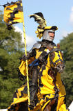 Cavaliere medioevale che monta un cavallo fotografia stock libera da diritti