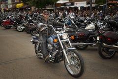 Cavaliere nella via principale della città di Sturgis, in Sud Dakota, U.S.A., durante il raduno del motociclo di Sturgis dell'ann Immagine Stock