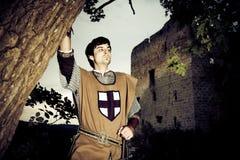 Cavaliere Posing In Front Of una rovina della fortezza Fotografia Stock