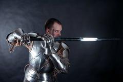 Cavaliere su fondo scuro fotografie stock libere da diritti