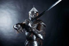 Cavaliere su fondo scuro fotografia stock