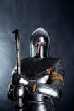 Cavaliere su fondo scuro fotografie stock