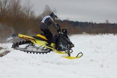 Cavaliere su un gatto delle nevi Fotografia Stock