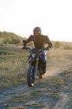 Cavaliere sulla bici di sport per l'enduro Fotografie Stock