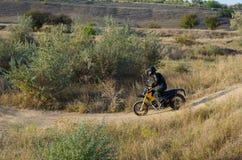 Cavaliere sulla bici di sport per l'enduro Immagini Stock Libere da Diritti