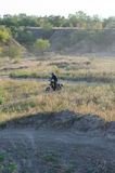 Cavaliere sulla bici di sport per l'enduro Immagini Stock