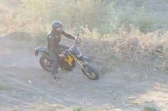 Cavaliere sulla bici di sport per l'enduro Immagine Stock