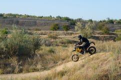 Cavaliere sulla bici di sport per l'enduro Fotografia Stock Libera da Diritti