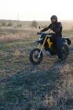 Cavaliere sulla bici di sport per l'enduro Fotografia Stock
