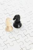 Cavalieri bianchi e neri e puzzle di puzzle Immagini Stock