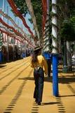 Cavalieri che passeggiano con il Feria del ` s di Siviglia, spagna del cavallo fotografia stock