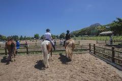Cavalieri dei cavalli che attendono Equestrian fotografia stock