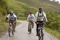Cavalieri del mountain bike nella pioggia nelle Ande immagine stock libera da diritti