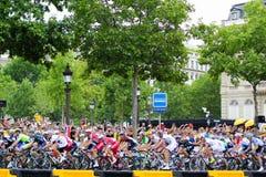 Cavalieri della bici Tour de France, fan a Parigi, Francia Competizioni sportive Peloton della bicicletta Fotografia Stock