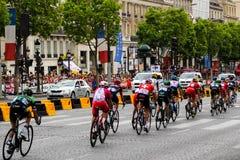 Cavalieri della bici Tour de France, fan a Parigi, Francia Competizioni sportive Peloton della bicicletta Fotografie Stock Libere da Diritti