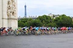 Cavalieri della bici Tour de France, fan a Parigi, Francia Competizioni sportive Peloton della bicicletta Fotografia Stock Libera da Diritti