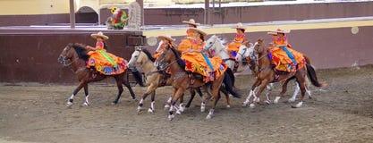 Cavalieri femminili in vestiti arancio immagine stock