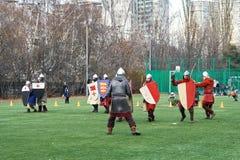 Cavalieri medievali che combattono con le spade e gli schermi fotografia stock libera da diritti