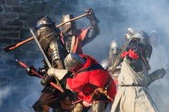 Cavalieri medievali nell'azione di battaglia severa Fotografia Stock