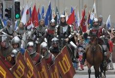 Cavalieri nelle vie Fotografie Stock Libere da Diritti
