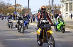 Cavalieri pittoreschi sul boulevard di Varna, Bulgaria Immagini Stock Libere da Diritti
