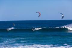 Cavalieri praticanti il surfing dell'onda due del cervo volante Immagini Stock