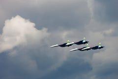 Cavalieri russi del gruppo acrobatici allo show aereo Cielo nuvoloso nelle sedere Immagini Stock
