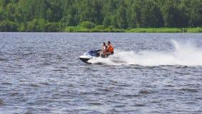 Cavalieri sul jet ski sul lago video d archivio