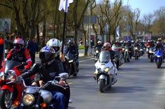 Cavalieri sulla via di Varna, Bulgaria Fotografia Stock