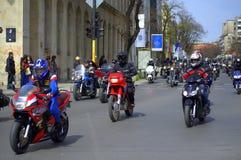 Cavalieri sulle vie della città Immagini Stock Libere da Diritti