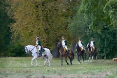 Cavaliers d'équitation dans des costumes historiques d'époque de Napoleon Bonaparte pendant le jeu historique du ` s de napoléon  photographie stock