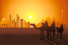 Cavaliers de chameau dans le désert près de l'Abu Dhabi Images stock