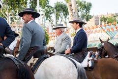 Cavaliers de cheval faisant un tour par la foire de Séville Photo stock