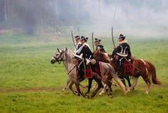 Cavaliers de cheval jugeant des épées en avant à la reconstitution historique de bataille de Borodino en Russie Photos libres de droits
