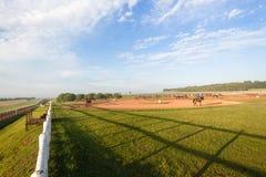 Cavaliers de chevaux de course formant le paysage Photo libre de droits