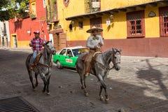 Cavaliers de horseback en San Miguel de Allende Mexico Photos stock